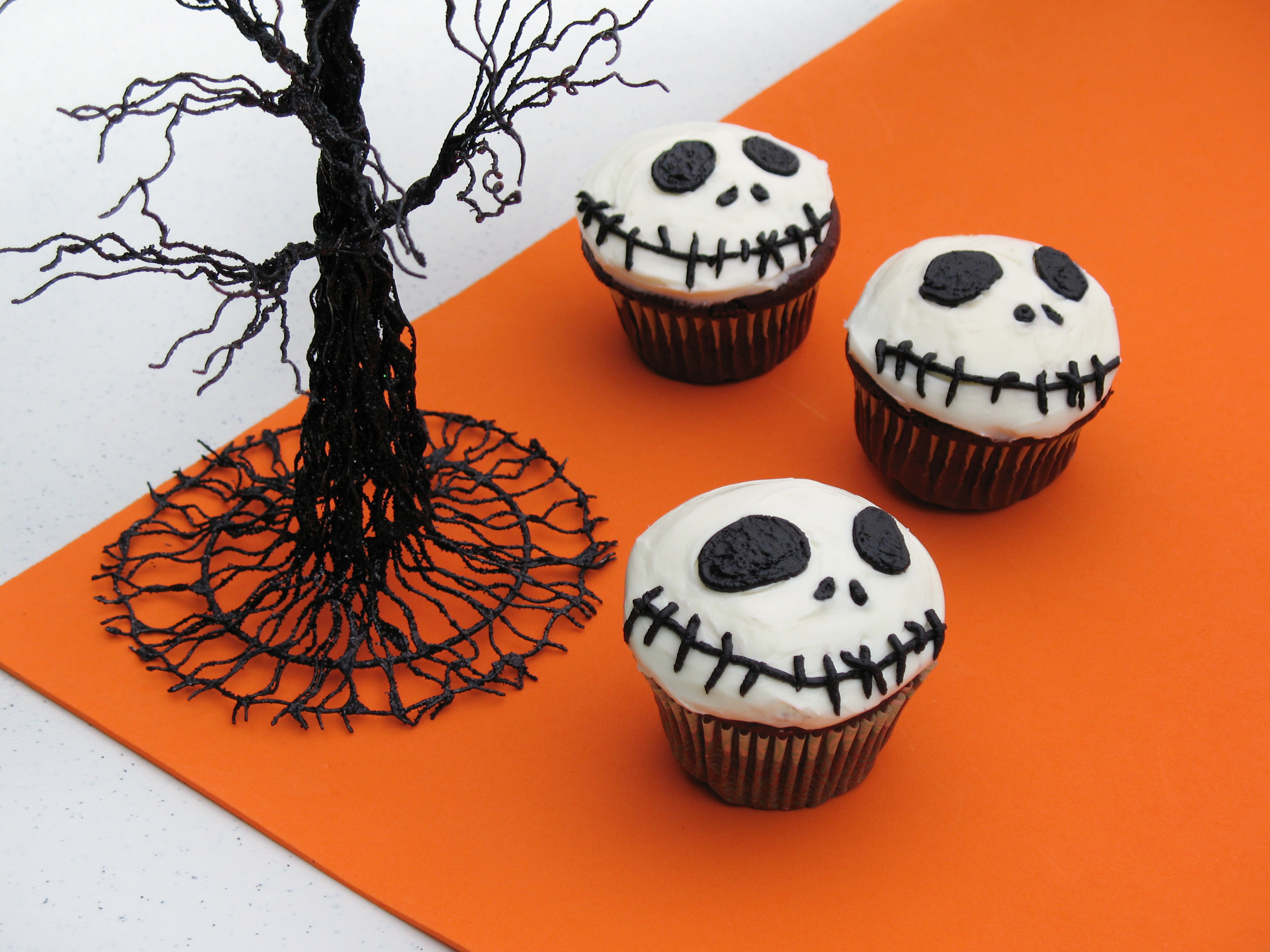 Recipes for halloween cupcakes cookies punch cakes with for How to make halloween cupcake cakes
