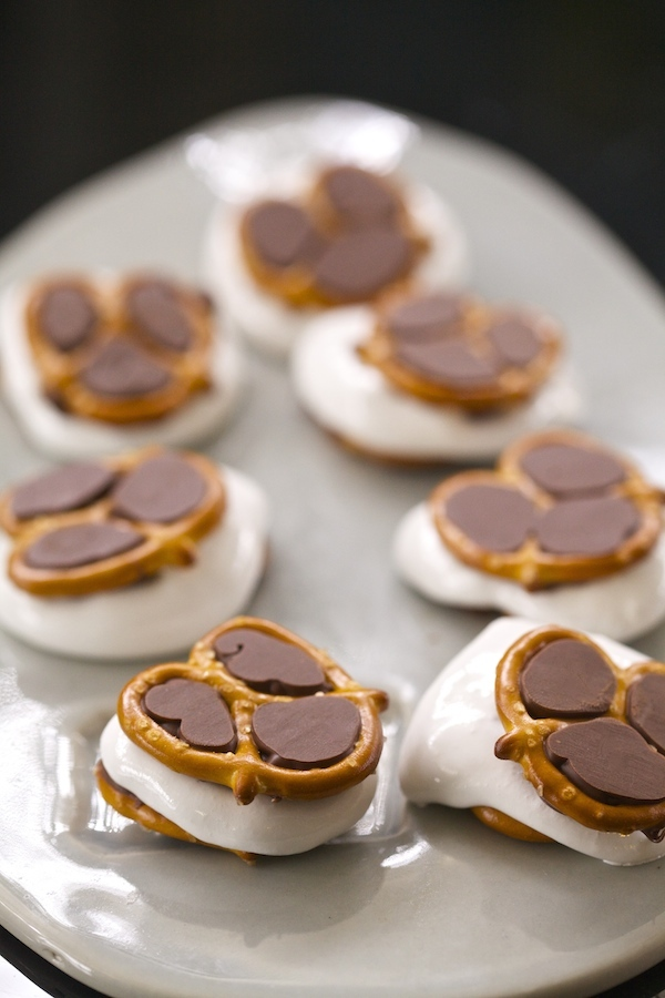 Super easy pretzel s'mores at alway a touchdown at the big game. I bought all the ingredients at Walmart... my one stop shop.