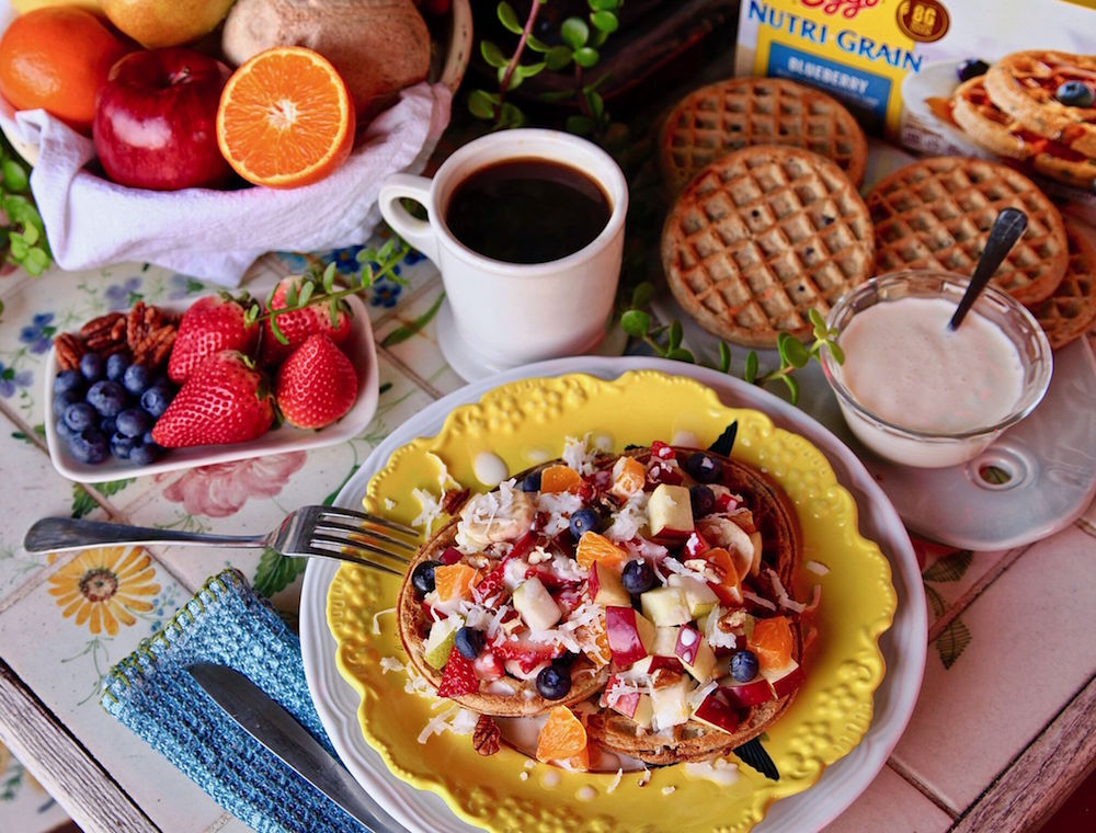 Eggo Nutri-Grain Blueberry Waffle topped with delicious breakfast fruit salad (bionico).